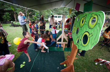 Keiki activities at the Second Annual Puna 'Ulu Festival—'Ulu a Niu include games, face painting and block printing. (Photo by Craig Elevitch)